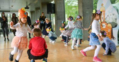 Mališani iz vrtića pjevali i igrali Banjaluci za rođendan